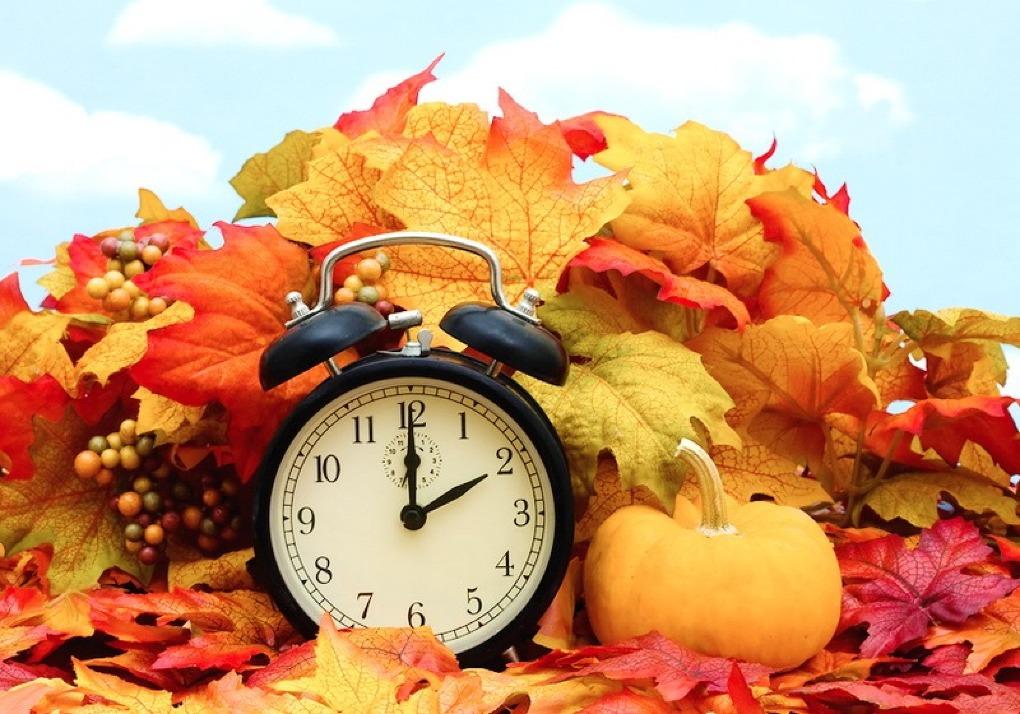 """Trecerea la timpul ,,de iarnă"""" prin transferul acelor ceasornicului cu o oră înapoi."""
