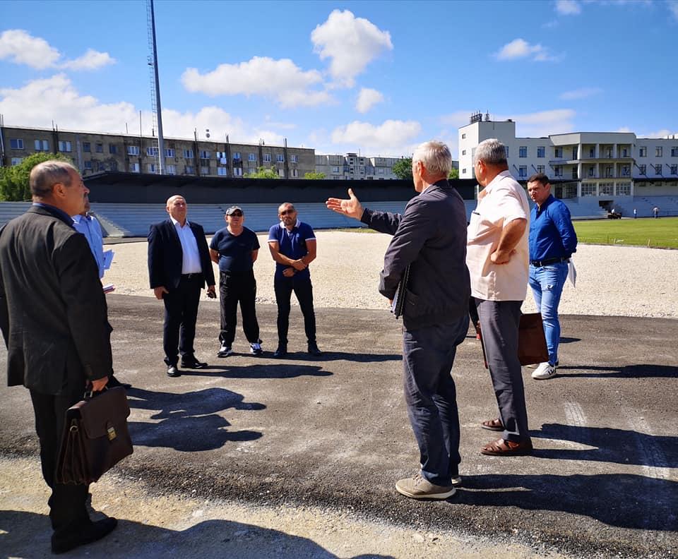 """Discuții despre lucrările de finalizare a primei etape a Proiectului """"Modernizarea și reconstrucția Centrului de Tineret și Sport din or.Nisporeni""""."""