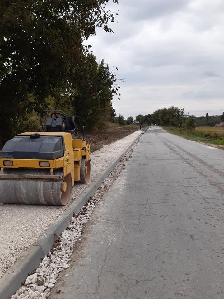 Construcția trotuarului cu o lungime de 1200 metri pe marginea drumului L-400 R-25 drum de acces către or. Nisporeni km 6,3 – 7,5, este la etapa de finisare.